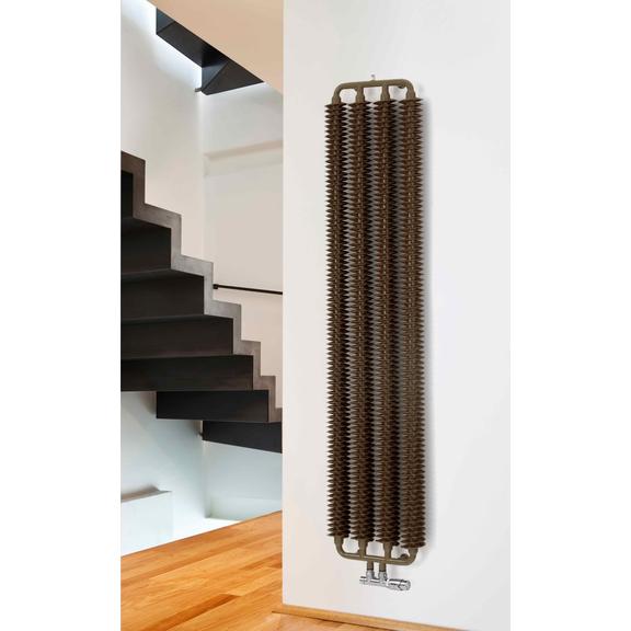 TERMA Ribbon V retro radiátor 1720x390 detail - v interiéri